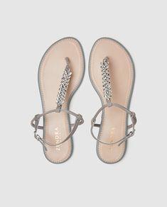 Sandalias planas de mujer Zendra Basic de piel en color gris Girls Shoes, Instagram Story, Shoe Boots, Flip Flops, Sandals, Womens Fashion, Ideas, Molde, Shoes