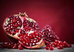 In der griechischen Mythologie war der Granatapfel das Symbol der Götter, heute erfreut sich die Frucht in den Bereichen Küche, Medizin und Kosmetik großer Beliebtheit. #granatapfel #körperpflege #logonanaturkosmetik #wirkstoffe #dankenatur