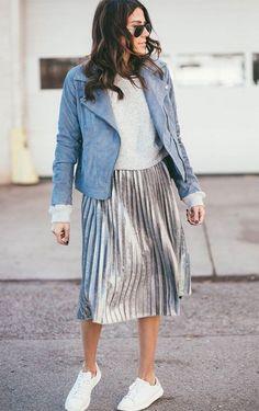 Street style look com saia midi prata.