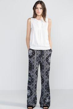 Pantalón ancho fluido con estampado bandana. Bolsillos laterales y goma en cintura
