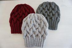"""Mütze """"AURORA"""" wird aus einem dicken Garn gestrickt und besteht aus vielen einfachen Zöpfen die sich ineinander verschlingen und somit einen einzigartigen Look ergeben. Die Anleitung ist in Worten..."""