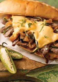 Sándwich de bistec- Este sándwich de bistec en pan con ajo es una receta muy versátil que encantará a tus niños.