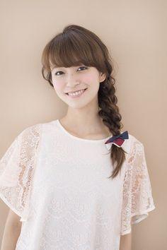 apish AOYAMAのヘアアレンジ(ロング):サイド寄せW三つ編み 2本の三つ編みを交差させて仕上げた三つ編みはどの角度から見ても立体感があってキレイ。ボサボサヘアでも手軽に作れちゃうのが… TOKYO CAWAII BEAUTY [トウキョウカワイイビューティ / TCB]
