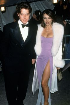 Hugh Grant et Elizabeth Hurley au gala du MET Costume Institute 1995 Gala Dresses, Nice Dresses, Beautiful Dresses, Met Gala Outfits, Costume Institute, Celebs, Celebrities, Purple Dress, Celebrity Style