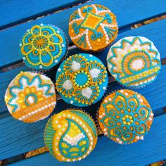 someone who loves me needs to make these for me and surprise me with them on my birthday.  henna cupcake tutorial makes it easy...