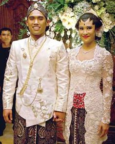Javanese wedding dress Javanese Wedding, Indonesian Wedding, Kebaya Wedding, Wedding Gowns, Traditional Wedding, Traditional Outfits, Kebaya Jawa, Indonesian Kebaya, Kebaya Brokat