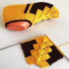 Two Shish Pine Model Booties Construction - knitting Gestrickte Booties, Knitted Booties, Knitted Slippers, Baby Knitting Patterns, Knitting Stitches, Knitting Designs, Crochet Patterns, Easy Knitting, Knitting Socks