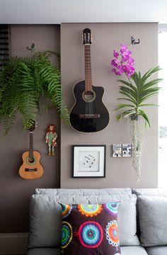 Decoração, decoração de apartamento, apartamento, apartamento colorido, parede cinza, cinza, luz natural, tapete, ambiente integrado, sofá cinza, cinza, sofá, plantas, plantas na decoração.