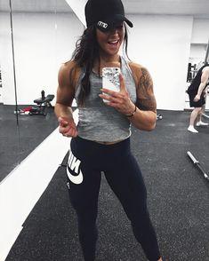 """10.1 ezer kedvelés, 91 hozzászólás – HANNA ÖBERG (@hannaoeberg) Instagram-hozzászólása: """"When you hit that shoulder pump right ✊ Hm, can it be all the food from yesterday!?? YOUTUBE…"""""""