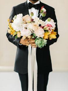 Minimalistische zomerbruiloft om te zoenen | Mooiwatbloemendoen.nl Groom Outfit Inspiration, Wedding Inspiration, Wedding Ideas, Casual Grooms, Groom Looks, Modern Romance, Destination Wedding Planner, Groom Style, Wedding Groom
