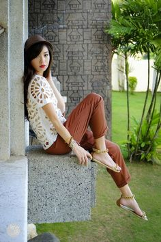 Some Like It Hot | Cut-out white shirt, rust-colored capri pants, gold sandals and a bold red lip #streetstyle