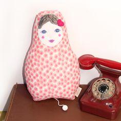 Boite à musique bébé pour cadeau de naissance original : la poupée Matriochka / Barnabé aime le café, cadeau de naissance et accessoires femme.