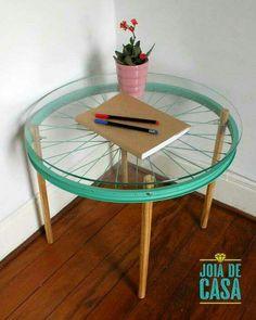 Morrendo de amor por essa mesinha com aro de bicicleta da Joia de Casa <3 Vem que tem mais ideias de mesinhas criativas, lá no blog ;) http://bit.ly/MesinhasLindas