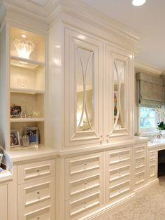 Built ins in the master......The Peak of Tres Chic: interiors
