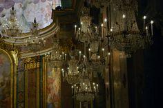 Fabuleux lustres baroques dela basilique San Giovanni e Paolo à Celio. Les Artisans du Lustre sont à votre disposition pour la reproduction de ces lustres: www.i-lustres.com