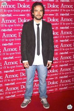 """Alfonso Herrera na estreia da peça teatral """"Amor, Dolor y ¡Lo que traía…"""
