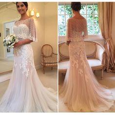 E as fotos da última prova do vestido da Sylvia, no Atelier @wanda_borges Amei a capinha para a cerimônia!! Dá um ar romântico e delicado! Ano passado fizemos um post sobre capas curtas para noivas, quem quiser mais inspirações no tema coloca na busca do site! www.constancezahn.com #vestidodenoiva #weddingdress #bride
