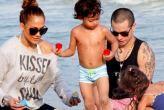 Jennifer López en bikini, ¡al lado de Casper e hijos!