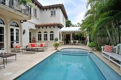 would look great as a rectangle pool, too...love tanning deck, stairs and bench idea...and attached pergola