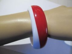 WIDE CHUNKY ON ANGLE WHITE RED LUCITE PLASTIC VINTAGE BANGLE BRACELET NAUTICAL