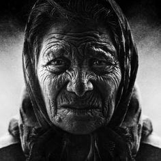 This post showcase stunning black and white portraits of homeless people taken by Lee Jeffries. He started taking homeless people photos when he met a young Lee Jeffries, Photo D Art, Foto Art, Black And White Portraits, Black And White Photography, Fotografia Social, Foto Transfer, Old Faces, Homeless People
