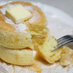 厚さ3センチふわふわ~なパンケーキ by ぽぽりさん | レシピブログ - 料理ブログのレシピ満載! セルクルを使ってフライパンで蒸し焼きにしたパンケーキです。  とっても簡単にオーブンで焼いたみたいにふわんふわんになるよ。