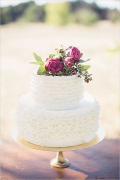 white wedding cake with fresh florals #weddingcake #whiteweddingcake #weddingchicks http://www.weddingchicks.com/2014/02/24/very-vintage-wedding-ideas/