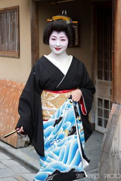 Super-famous geiko Satsuki of Gion Kobu on the day of her erikae by Saito0923 on FlickrThis stunning kimono was made especially for her! She designed it herself.