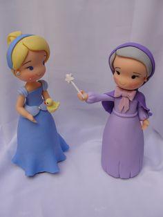 Topo de bolo Cinderela e fada madrinha, com 25cm altura, o valor corresponde a cada peça. Faço também todas as princesas em tamanhos menores.