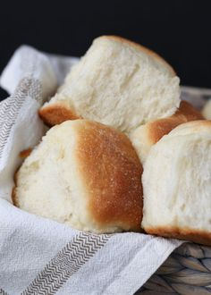 Soft & Fluffy Vegan Dinner Rolls - Please the vegans without disappointing the carnivores. These soft, fluffy, buttery, and melt-in-your-mouth dinner rolls are total crowd-pleasers - no eggs or dairy needed. Vegan Bread, Vegan Butter, Dinner Rolls Recipe, Dinner Options, Vegan Recipes, Vegan Menu, Vegan Desserts, Dry Yeast, Vegan Dinners