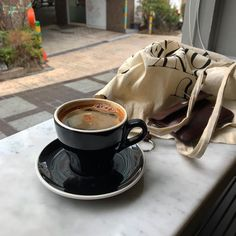 Find images and videos about aesthetic, coffee and drink on We Heart It - the app to get lost in what you love. Aesthetic Coffee, Beige Aesthetic, Aesthetic Food, Coffee Cafe, Coffee Drinks, Coffee Shops, Iced Coffee, Coffee Break, Morning Coffee