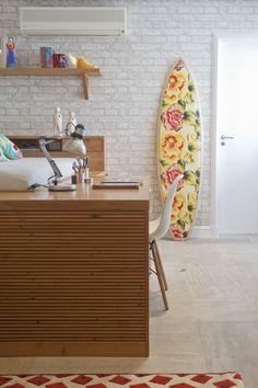 Pin de NaToca.com.br Parece tijolinho, mas é papel de parede. By Allison Cerqueira e Renata Fragelli (Foto: Andrea Marques)