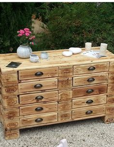 20 Brilliant DIY Pallet Furniture Design Ideas to Inspire You - diy pallet creations Buy Pallets, Recycled Pallets, Wooden Pallets, Pallet Ideas, Pallet Projects, Diy Projects, Diy Pallet Furniture, Furniture Design, Furniture Projects