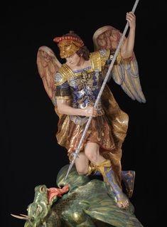 La imagen de San Miguel Arcángel es una talla realizada en madera de cedro real con una altura de 2,10 centímetros. La figura está estofad...