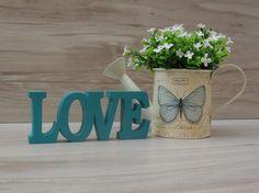 Palavra decorativa LOVE - linha BK <br> <br>Delicada peça com 6 cm de altura x 15 cm de comprimento, feito em mdf de 15mm e pintado artesanalmente. <br> <br>Cor à escolher. <br> <br>Marcenaria própria, consulte-nos para orçamento personalizados! <br> <br>Fazemos outras cores, outras palavras e outros tamanhos!