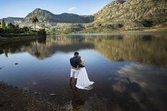 Um imenso lago da Lapinha da serra, serve de cenário para o abraço do casal