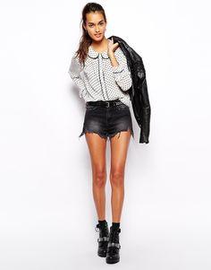 Jeansshorts von Glamorous aus Baumwolldenim mit Stretch für Tragekomfort und Passform Knopf- und Reißverschluss Fünf-Taschen-Stil unbehandelter Saum reguläre Passform mit mittlerer Bundhöhe