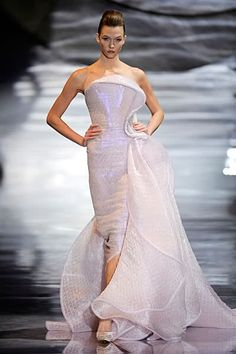 the haute couture shows just started in paris. here are some awesome bubble wrap dresses from armani privé haute couture line. Formal Dress Patterns, Formal Dresses, Wedding Dresses, Designer Evening Gowns, Designer Dresses, Winter Evening Dresses, Wrap Clothing, Fairytale Fashion, Beautiful Gowns