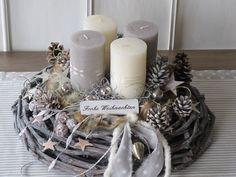 Aufwendig gestalteter, natürlicher Adventskranz **★ Frohe Weihnachten ★**  Der grau gekälkte, große Rebenkranz wurde mit verschiedenfarbigen durchgefärbten Kerzen (creme & taupe), welche mit Fell...