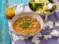 Ruokasulatejuustolla maustettua jauhelihakastiketta ei tarvitse suurustaa jauhoilla. Tarjoa kastike keitettyjen perunoiden ja höyrytettyjen kasvisten kanssa. Easy Cooking, Cheeseburger Chowder, Low Carb Recipes, Macaroni And Cheese, Curry, Soup, Meals, Dinners, Baking