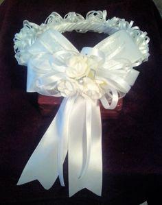 Corona grande blanca de Primera Comunión en forma de aro que abarca la cabeza y se fija con peineta.