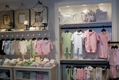 kid clothes shop furniture design with MDF or glass or acrylic Storing Baby Clothes, Trendy Baby Clothes, Baby Clothes Shops, Baby Store Display, Store Displays, Display Ideas Nursery, Visual Merchandising, Party Deco, Kids Clothes Patterns