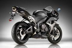 Pesando nisso a esperada entre os últimos lançamentos Honda possui as características híbridas entre uma naked e uma superesportiva.