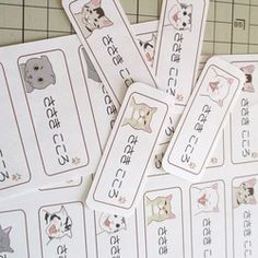 【受注制作】お名前シールをお作りします。猫がじゃまな感じもしますが…。63x24mmサイズで、文字スペースが幅約32mmです。小さくなってもよろしければ(2文字か3文字の場合は少し大きくなります)、何文字でも構いません。アルファベット、漢字でも構いませんが全部同じになります。書体は写真のような感じですが、ご希望があれば明朝体などでも作れます。大人の方のお名前や、ショップのお名前でも、もちろん作れます。インクジ�