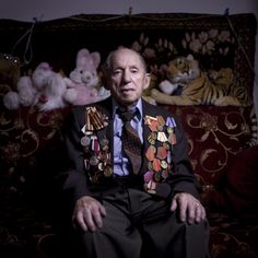 Più di 500mila ebrei sovietici combatterono con l'Armata rossa durante la seconda guerra mondiale. Alcuni di quei reduci hanno reindossato per un giorno la divisa e - medaglie bene in mostra - si sono messi in posa per uno scatto ricordo nelle loro case, in Israele. C'è chi ha scelto d