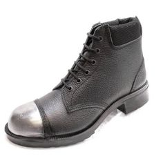 British made Rufflander work boot with unpainted external steel toe cap featuring a direct vulcanised rubber sole which is resists oil, acid, alkali and is also resistant to 300 degrees heat.