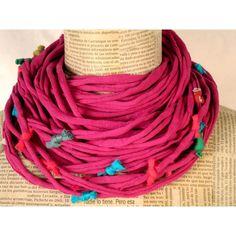 Collar de cintas de algodón decoradas con pequeños nudos que parecen caramelos, también de algodón.