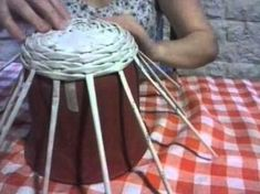 Joanne Archambault shared a video Newspaper Basket, Newspaper Crafts, Paper Weaving, Weaving Art, Paper Vase, Diy Paper, Recycled Crafts, Diy Crafts, Papercrete