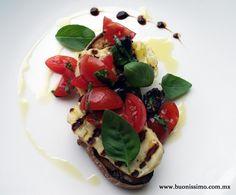 ¿Qué tal esta bruschetta con queso halloumi, jitomates cherry y aceitunas kalamata? #bruschetta #buonissimomexico #chalupinski
