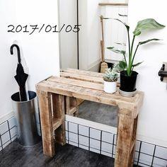 飾り台として使えるコンソールは、玄関ディスプレイの人気アイテム。コンパクトサイズなら狭い場所にも置きやすいので、玄関や廊下のアクセントにおすすめです。お気に入りのインテリアや植物を飾って、お洒落な空間を演出してみませんか?